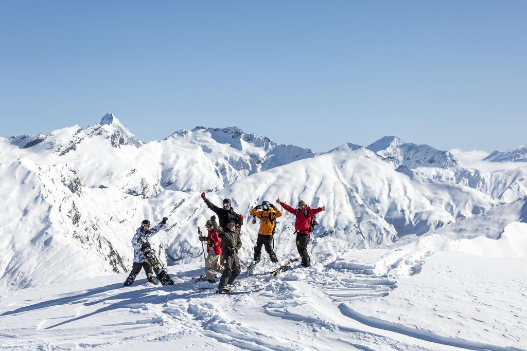 Heli-skiing-New-Zealand-group-1024x683.jpg