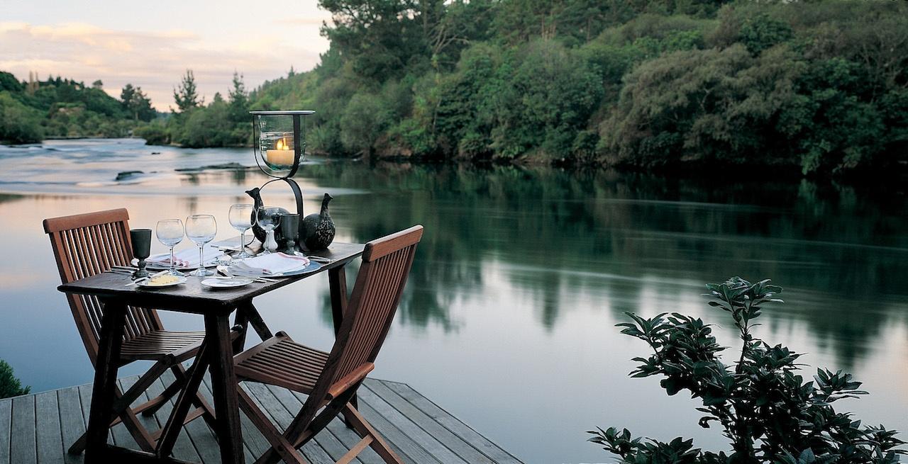 luxury-lodge-dinner